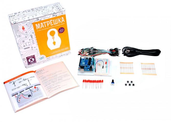 Конструктор Амперка Матрёшка XКонструкторы<br>Амперка Конструктор Матрёшка X подойдёт для тех кто хочет начать работать с Arduino, но у него нет опыта и нет базовых радиодеталей и приспособлений. В нём вы найдёте самую распространённую платформу Arduino Uno, набор радиодеталей, провода, макетную плату, а самое главное — красочную лаконичную обучающую брошюру, которая с нуля научит вас делать собственные электронные устройства.  Брошюра содержит как теоретическую часть, которая расскажет о фундаментальных понятиях электричества и схемотехники, так и практическую часть с примерами создания 20 устройств.  Комплектация содержит всё необходимое, чтобы собрать 8 из этих 20 устройств.   В комплекте: 1 x Платформа Arduino Uno 1 x Монтажная площадка для Arduino 1 x Макетная плата Breadboard Half 10 x Резисторы на 220 Ом 10 x Резисторы на 10 кОм 1 x Переменный резистор (потенциометр) 12 x Светодиоды 5 мм красные 5 x Кнопка тактовая 65 x Соединительные провода папа-папа 1 x Кабель USB тип A — B 1 x Брошюра Конспект хакера