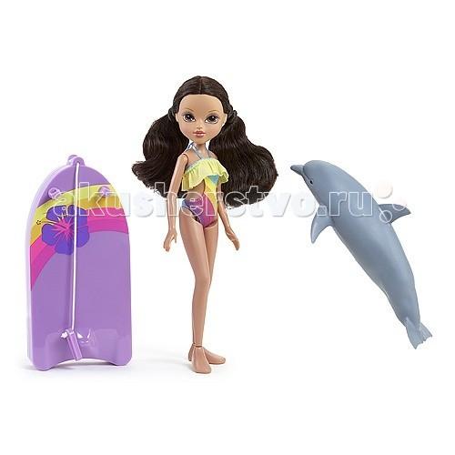 Moxie Кукла Софина с плавающим дельфиномКукла Софина с плавающим дельфиномИгрушка кукла Moxie Софина с плавающим дельфином  Удивительная кукла Moxie по имени Софина с плавающим дельфином веселится на пляже! Она любит заниматься серфингом с помощью своей яркой доски и ручного дельфина!   Дельфин прекрасно плавает, стоит только опустить его в воду! Накинь специальное крепление доски на плавник и отправляйся в веселое путешествие по морским просторам!  Кукла Софина в ярком купальнике. Дельфин, который начинает плыть при погружении в воду. Красочная доска для серфинга с креплениями для рук.  Для работы дельфина необходимы 2 батарейки размера ААА.<br>