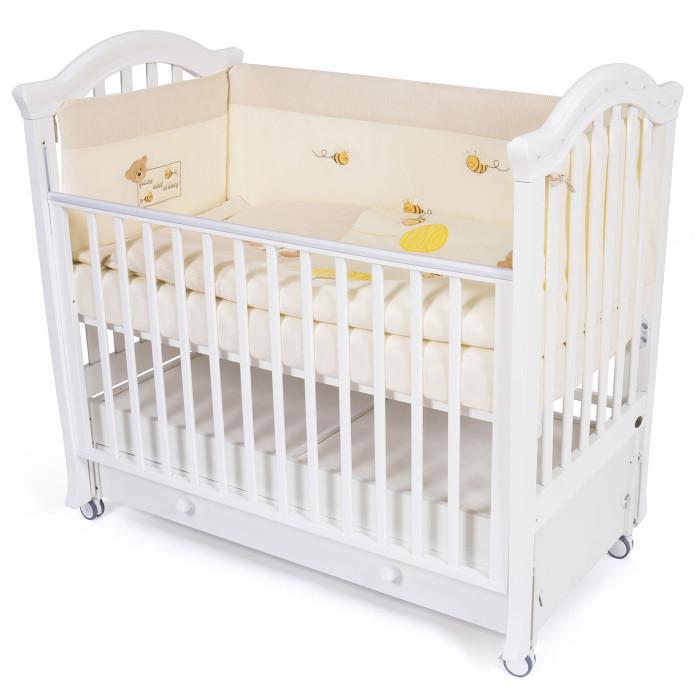Комплект в кроватку Kidboo Honey Bear Linen (6 предметов)Honey Bear Linen (6 предметов)Комплект в кроватку Kidboo Honey Bear Linen выполнен из 100 % хлопка и обладает антиаллергенными и антибактериальными свойствами. Комплект в кроватку Kidboo сертифицирован Oeko-Tex Standard 100 (международная система тестирования и сертификации изделий из текстильных материалов).  Наполнитель 100% Hollofil allerban (антибактериальный, антиклещевой и противогрибковый наполнитель, который заботится о состоянии здоровья малыша).  В комплект входит: • пододеяльник (100 х 140 см) • одеяло (100 х 140 см) • наволочка (40 х 60 см) • подушка (40 х 60 см) • простынь на резинке (60x120+16 см)(16 см - для высоты матраса) • бампер - 4 части (360 x 45 см)<br>
