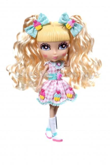 Jada Кукла Cutie Pops Dolls Набор Делюкс Шифон с аксессуарамиКукла Cutie Pops Dolls Набор Делюкс Шифон с аксессуарамиНабор Кьюти Попс Делюкс. Кукла Шифон с аксессуарами.  Очаровательные Куклы Кьюти Попс Делюкс - новая линейка кукол!. Куклы с милыми личиками очень любят менять свой стиль, для этого они используют разнообразные аксессуары: бантики, хвостики, липучки на одежду. В комплекте Вы найдёте всё необходимое, чтобы создать для куклы новый неповторимый образ.  У куклы Шифон золотые волосы и круглые румяные щечки. Она больше всего любит играть в переодевания и менять различные прически. В наборе: 1 кукла в нарядном платье и колготках 1 пара открытых глаз на кукле 1 пара закрытых глаз дополнительно 1 набор бантиков 1 пара обуви на кукле 2 съемных хвостика 10 украшений-кнопочек в виде сладостей для платья и прически 6 на кукле, 4 дополнительных.  Соберите всю коллекцию кукол Cutie Pops с аксессуарами и домашними животными!<br>