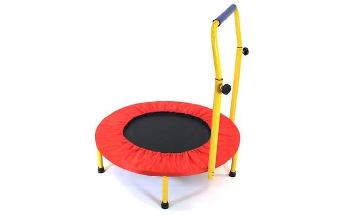 Moove&amp;Fun Батут детский с ручкойБатут детский с ручкойБатут Moove&Fun детский с ручкой  - это портативная забава для самых маленьких прыгунов.    Особенности:    Батут оборудован регулируемой по высоте под рост ребенка ручкой, обеспечивающей безопасность во время прыжков.   Может использоваться без ручки для детей более старшего возраста.   В увлекательной игровой форме способствует их физическому развитию, а также улучшению координации движений и развитию вестибулярного аппарата.  Батут состоит из металлической рамы, прыжкового полотна, защитного мата и телескопической ручки. Рама выполнена из стальной трубы, что обеспечивает высокую прочность и надёжность конструкции.   Прыжковое полотно крепится к раме при помощи пружин, которые надёжно изолированы защитным матом из ПВХ.   Ручка регулируется по высоте, что позволяет оптимального подобрать её высоту для детей разного роста.   Батут можно использовать как дома и на даче, так и в любых детских учреждениях, комнатах отдыха и игровых зонах. Батут легко собирается и разбирается, а при хранении не занимает много места.  Размер: 81х81х114 Максимально допустимый вес: 50<br>