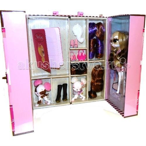 Bridge Стильный шкафчик для храненияСтильный шкафчик для храненияBridge Стильный шкафчик для хранения - Пинки Купер – это серия необыкновенных fashion-кукол. Пинки и ее подружки Джинджер и Пеппер – невероятно стильные девушки, которые не пропускают ни одной вечеринки и светского события, одеваются в последних трендах моды и следят за тем, чтобы даже их питомцы выглядели лучше всех.   Чтобы выглядеть так, как Пинки и ее подружки, нужно уделять своей внешности очень много времени. А, кроме того, необходимо иметь большой шкаф, где будут храниться разнообразные аксессуары и наряды. В этом розовом шкафчике вы найдете огромное количество полочек разного размера, на которых можно разместить все, что угодно. А его двери закрываются так, что шкафч превращается в стильный чемоданчик с удобной ручкой.  В комплект входят: шкаф и паспорт для коллекционных виз и стикеров с мероприятий. Аксессуары и куклы приобретаются отдельно.<br>