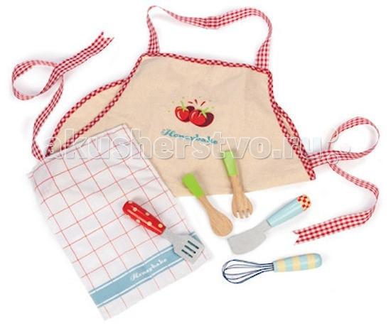 LeToyVan Игровой набор Подарок поваренкуИгровой набор Подарок поваренкуLeToyVan Игровой набор Подарок поваренку.  Игровой набор Подарок поваренку для мальчиков и девочек от 3 лет. Магазин игрушек КуклаДом рекомендует обратить внимание на новинку 2014 от английской компании Le Toy Van - это полезный набор аксессуаров для игрушечной кухни.Набор можно использовать для игры с игрушечной едой, приготовить и покормить любимую куклу или подругу. Можно стать самым лучшим шеф-поваром и помочь на кухне маме.   В комплект входит передник, полотенце и игрушечные столовые приборы. Передник из бежевой ткани имеет отделку из ткани в красно-белую клетку и украшен двумя симпатичными помидорчиками. Кухонное полотенце белое в крупную красную клетку отделано по краю голубой полосой. Столовые приборы выполнены из дерева: лопаточка, ложка, шумовка, большой нож и венчик - все самое необходимое будет у вашего ребенка для игры с продуктами.  Игровой набор Подарок поваренку: пастельные тона с яркими цветовыми акцентами передник и полотенце кухонные принадлежности из дерева: лопаточка, ложка, шумовка, большой нож, венчик привлекательный дизайн красивая подарочная упаковка.<br>