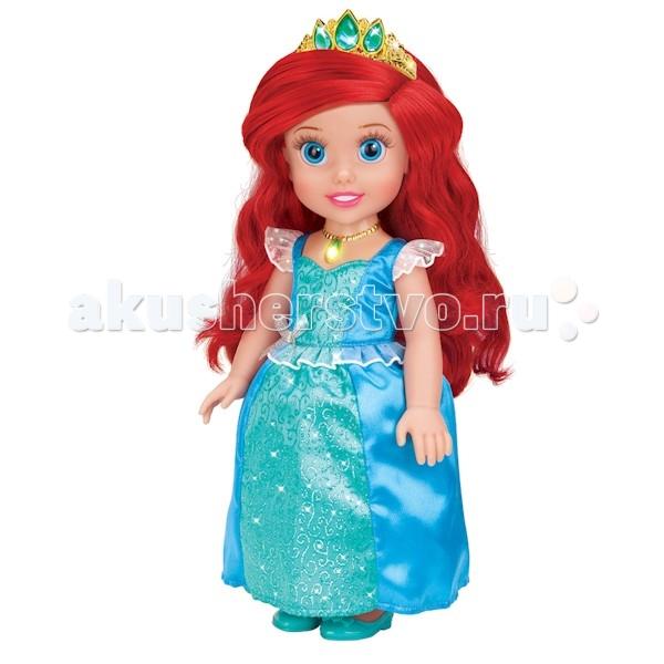 Карапуз Disney Princess Ариэль 37 смDisney Princess Ариэль 37 смКукла Карапуз Disney Princess Ариэль 37 см станет отличным подарком для вашей девочки.  Маленькая русалочка Ариэль олицетворяет собой главную героиню популярного одноименного мультика от компании Дисней в детстве.  Во время игры в дочки-матери девочка научится заботе и попробует роль, которую ей предстоит выполнять в будущей, взрослой жизни.   Особенности: У куколки реалистичные пластиковые глаза и густые ресницы, которые делают взгляд особенно выразительным.  Малышка Ариэль одета в пышное королевское платье и туфельки, а на ее красивых локонах сверкает тиара с драгоценными камнями.  Ручки и ножки куколки подвижны, а волосы можно расчесывать.  Нажмите на волшебный медальон на шее принцессы, чтобы услышать, как Ариэль разговаривает, рассказывает стихи или поет красивую песню.<br>