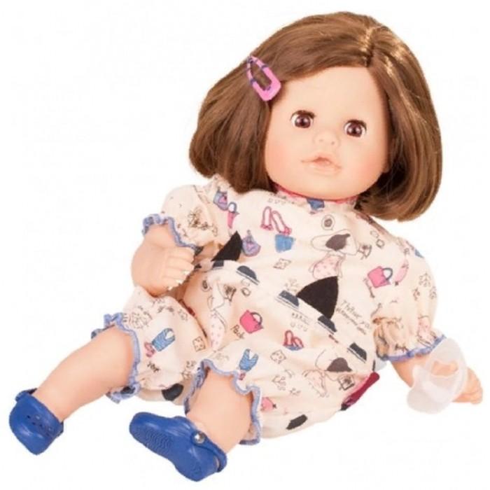 Gotz Кози Аквини ЕвропаКуклы и одежда для кукол<br>Gotz Кукла Кози Аквини Европа станет замечательной подругой для вашего ребенка. С красивой куклой, которая так похожа на настоящую девочку, можно проводить много времени вместе, придумывая увлекательные сюжеты для игр.   Кукла с мягким телом и ручками, ножками и лицом из винила подходит для активных игр дома, на улице, а также в бассейне или на море. Аквини можно смело брать с собой в воду и не бояться, что она может утонуть. Наполнитель позволяет кукле держаться на воде. После купания Аквини быстро высыхает на воздухе. Куклу можно переодевать и делать различные прически. Головка куклы поворачивается вправо и влево. Глазки куклы закрываются.   В наборе:  Милашка Аквини Летний костюм Пантолеты Заколка Соска