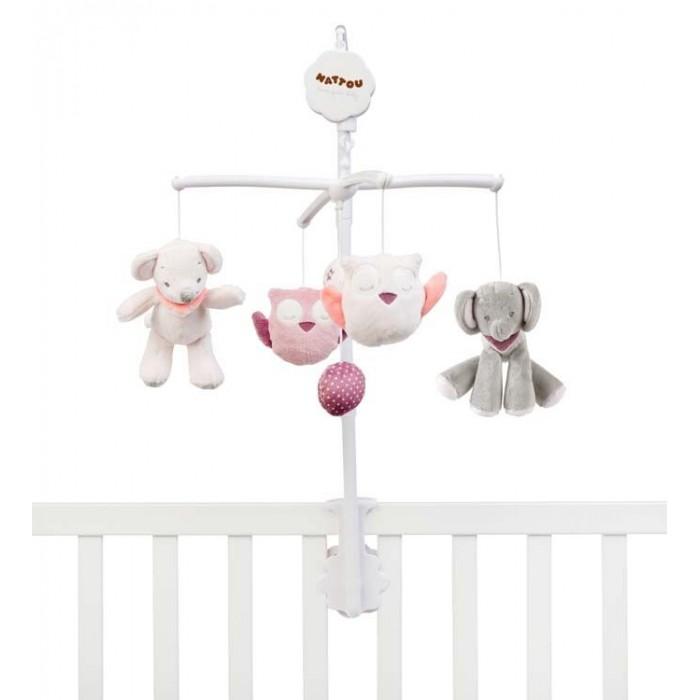 Мобиль Nattou Adele & Valentine Слоник и МышкаМобили<br>Nattou Мобиль Adele  Valentine Слоник и Мышка с забавными развивающими игрушками станет одним из первым развлечений малыша – мобиль удобно крепится на бортик, поможет заинтересовать рабёнка или убаюкать его перед сном.   Симпатичные и нежные на ощупь, издающие различные звуки, игрушки мобиля Nattou выполняют серьёзные функции, помогая в интеллектуальном и физическом развитии новорождённого:  тренировка мелкой моторики детских пальчиков – игрушки Nattou приятно и безопасно держать даже в самых маленьких ручках  развитие зрительных навыков – малышу интересно будет наблюдать, как кружатся и покачиваются разные по форме, цвету и размеру игрушки  изучение и запоминание новых звуков и тактильных ощущений Особенности:  мобиль для детской кроватки  удобно крепится на кровати  забавные мягкие игрушки, очень приятные на ощупь приятная мелодия La-Le-Lu поможет малышу поскорее уснуть  способствует развитию мелкой моторики и зрительных рефлексов  Вес с упаковкой (брутто): 0.68 кг