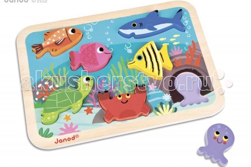 Janod Пазл Подводный мирПазл Подводный мирJanod Пазл Подводный мир.  Все элементы представленного пазла, выполнены из дерева. Размер рамки-основания 30х21х2,1 см. В комплект входит 7 объемных фигурок-вкладышей на тему Обитатели моря.На деревянном основании пазла изображен подводный мир: кораллы, водоросли, морские ежи и звезды. Главные герои, элементы пазла - это морские обитатели: коричневая рыбка, розовая рыбка, желтая рыбка, синяя акула, зеленая черепашка, сиреневый осьминог и коричневый краб. Все элементы разного цвета, играя ребенок повторяет основные цвета. А еще рыбок можно считать.  Задача ребенка поставить каждый вкладыш на свое место. Благодаря тому, что фигурки объемные, их можно ставить, а значить использовать в других играх.Вы можете вместе с ребенком придумать занимательные истории с этими животными, а так же использовать их в своих рисунках. Для этого приложите вкладыш к листу бумаги и обведите, а потом раскрасьте.Этот яркий и красочный пазл порадует любого малыша старше 18 месяцев.  Самые натуральные и безопасные игрушки для малышей и детей постарше премиум-класса.Рамки-вкладыши впервые придумала Мария Монтессори. Для детей в возрасте от 1 года, 1,5 лет очень интересны простые, большие картинки, которые можно разбирать и собирать по частям.Задача ребенка разрушить картинку и создать ее вновь, вставляя части и подбирая вкладыш к рамке таким образом, чтобы форма правильно совпала и получилось целое изображение.  Занятия с ребенком над картинками-вкладышами положительно действуют на развитие речи, наглядно-образного мышления и представления о предметах.Чем меньше Ваш малыш, тем крупнее должна быть картинка и детали вкладышей. При выборе деревянного пазла ориентируйтесь на маркировку, указанную производителем - это связано с размером планшета, количеством вкладышей, а также сюжетной картинкой. Развитие ребенка должно происходить постепенно, в соответствии с его возрастом и возможностью воспринимать новое.  В набор входит: яркое и красочное основание разм