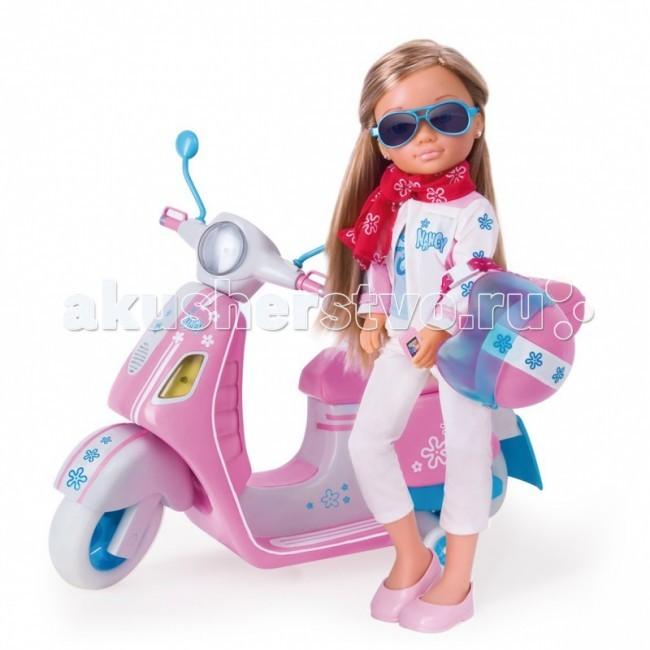 Famosa Кукла Нэнси со скутером, световые эффектыКукла Нэнси со скутером, световые эффектыКукла Famosa Нэнси со скутером, световые эффекты - веселая спортсменка и отчаянная гонщица! Чем ехать на автобусе или стоять в пробках на собственной машине - гораздо лучше с ветерком мчаться на скутере, подсвечивая себе дорогу фарой! А надежный шлем убережет ее голову на случай аварии.  Ее скутер - нежных сиреневых, розовых, белых тонов - предназначен специально для Нэнси! На этом сидении ей будет так удобно сидеть! Его руль легко поворачивается, приноравливаясь к нуждам хозяйки, багажник открывается, позволяя перевозить необходимые ей мелочи. А чемоданчик, установленный сзади сидения, даже закрывается на специальный код, который Нэнси затем должна будет набрать, чтоб открыть чемоданчик!  Чтобы фара скутера горела, необходимы батарейки (не входят в набор).<br>
