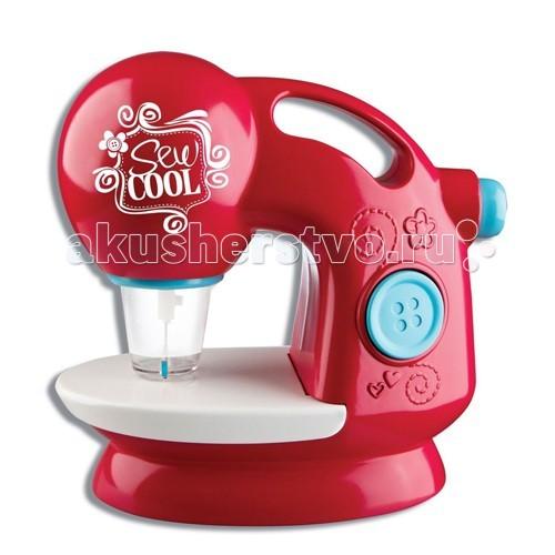 Sew Cool Швейная машинка + набор для шитьяШвейная машинка + набор для шитьяШвейная машинка Sew Cool – безопасный инструмент для шитья. Внешне она очень красивая, яркая и стильная. Такая машинка обязательно привлечет внимание девочки!  Для шитья с помощью машинки Sew Cool используется специальный материал – тонкий войлок. У машинки 6 иголок, которые пронизывают войлок при шитье и сшивают материал не только прочно, но и аккуратно. Эти иголки помещены в специальный колпачок-предохранитель, что обеспечивает безопасность во время шитья.  В набор входят дополнительные материалы – 8 кусочков ткани, выкройки, раскроенные заготовки для двух мягких игрушек. С помощью выкроек можно сшить чехол для смартфона, пенал, маленький брелок, сумочку и многое другое!  С машинкой Сью Кул даже маленькая девочка сможет сшить красивую игрушку – ведь здесь не нужно продевать нитки в иголки, а только нажать на кнопочку и следовать инструкции!  В комплекте: безопасная швейная машинка 8 кусочков ткани 19,5 х 14 см. Выкройки для 3 игрушек Ватин для наполнения игрушек 3 бумажные выкройки Лента 14 маленьких тканевых аппликаций 8 пуговиц Инструкция Шитье на машинке возможно только с помощью специальной ткани Сью Кул Для работы машинки нужно 4 АА батарейки.<br>