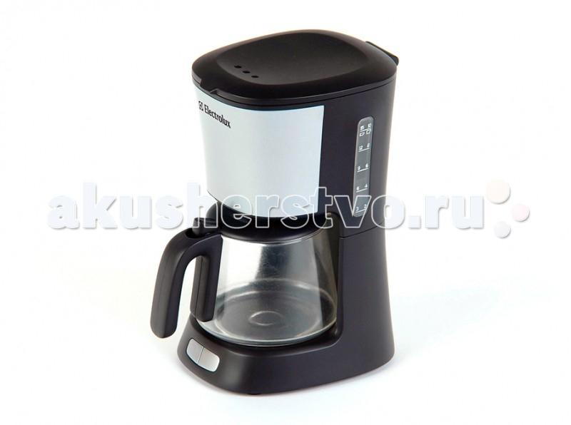 Klein Кофеварка (с водой) ElectroluxКофеварка (с водой) ElectroluxДетская кофеварка полностью имитирует дизайн оригинальной кофеварки. Её можно использовать для приготовления вкусного напитка куклам, для чего потребуется просто налить воду в прибор и подождать минутку. Когда вода полностью заполнит чайник, можно разливать кофе по чашкам.   Играя с кофеваркой маленькая помощница освоит навыки пользования прибором, а также будет развивать воображение, координацию движений, моторику пальцев.  История немецкой компании Theo Klein, известной во всем мире благодаря высокому качеству игрушек и их образовательной ценности, не похожа на историю других игрушечных компаний. Ведь Тео Кляйн и его жена Мария основали компанию в 1949 году как семейную фабрику по производству щеток и метел.  Началом истории успеха компании Klein стал выпуск в 1956 году метлы с яркими пластиковими щетинками, предназначенной для детей. А в 1959 году компания Klein уже впервые принимала участие в Нюрнбергской ярмарке игрушек, выставляя лишь три продукта: детскую метлу, щетку и металлическую лопатку. Они имели невероятный успех и позиционировались как игрушки, способствующие освоению детьми социальных правил и ролей в данном случае – помощников своих родителей. Вскоре компания окончательно изменила свой курс и начала заниматься производством игрушек.  Быстрая экспансия компании Theo Klein GmbH сопровождалась разработкой большого количества новых продуктов и непрерывным расширением существующего ассортимента. На сегодняшний день компания Klein, которую возглавляют сыновья Тео и Марии – Клаус-Дитер и Мартин, является крупнейшим в Европе производителем игрушек, имеющих обучающую ценность, и лидером во многих сегментах отрасли. Среди партнеров компании Theo Klein множество брендов с мировым именем: BOSCH, MIELE, BRAUN, VILEDA, WMF. Производственные мощности Theo Klein расположены в Германии, Чехии и Китае. Во всем мире бренд Klein известен высоким качеством игрушек и их образовательной ценностью.<br>