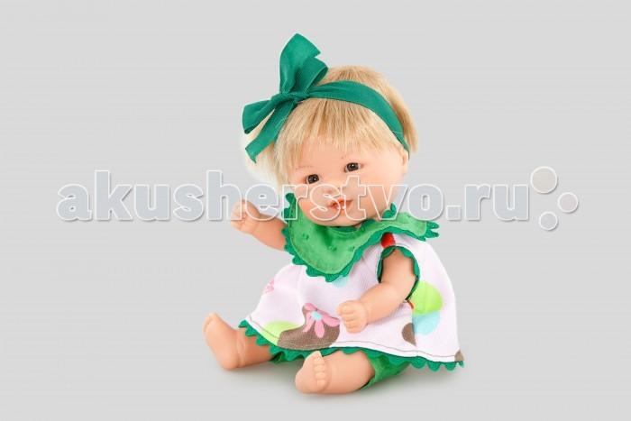 Dnenes/Carmen Gonzalez Пупс Бебетин в платье с зеленым жабо и бантиком 21 смПупс Бебетин в платье с зеленым жабо и бантиком 21 смОчень красивая кукла-пупс испанского производителя традиционных кукол для детей Dnenes. Высота куклы - 21 см.  Кукла одета в розовую кофточку в цветочек и зеленые штанишки. У кофты короткие рукава и застежка - «липучка» на спине. Рукава, горловина и низ кофты отделаны зеленой волнистой тесьмой. Брюки, из однотонной зеленой ткани, также имеют застежку - липучку на спине. Объединяет комплект широкий нагрудник — воротник выполнен из той же зеленой ткани, что и штанишки.  Голову куклы украшает повязка из зеленой атласной ленты с бантиком.  Тело - Твердый винил Волосы - Светлые, хорошо прошиты Глаза - Серые, стеклянные, без ресничек, не закрываются Одежда - Высококачественный текстиль. Кофточка из белой ткани в мелкий цветочек, зеленые штанишки, широкий воротник-нагрудник.  Головной убор - Широкая повязка из атласной ленты Детали - Нет Обувь - Нет Дизайн - Изысканный. Детали лица, рук и ножек великолепно проработаны.  Упаковка - Красивая подарочная коробка с прозрачным окошком.  Все куклы Carmen Gozalez производятся на заводе в Испании по классической технологии. Технология изготовления кукол из латекса или винила была внедрена в 1940 году, в 1950-х эта технология стала популярна среди известных кукольных брендов по всему миру. Все куклы изготавливаются по уникальным пресс-формам с применением ручного труда. Каждая кукла хранит в себе тепло рук мастера.  Компания Dnenes очень гордится качеством своих кукол, компания неоднократно получала престижные награды на международных выставках, имеет европейские сертификаты безопасности. К особенностям испанских кукол Carmen Gonzalez стоит отнести и тот факт, что куклы не имеют запаха, который многими производителями заглушается сильно пахнущими отдушками. Волосы у кукол имеют приятную фактуру, с большим вниманием дизайнеры отнеслись и к мелким деталям (ручки, ножки, пальчики) - все детали выполнены с вел