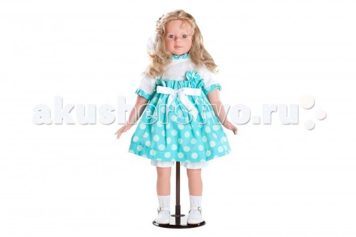 Dnenes/Carmen Gonzalez Кукла Алтея в блузке и пышной юбке 80 смКукла Алтея в блузке и пышной юбке 80 смБольшая, очень красивая кукла-девочка испанского производителя традиционных кукол для детей Dnenes. Высота куклы - 80 см.  Алтея одета в белую блузку и очень пышную юбку бирюзового цвета в белый горошек. Блузка, с короткими рукавами и декоративным воротничком, застегивается на спине на пуговицу. Юбочка на резинке имеет завышенную талию и украшена бантом из белой атласной ленты. Блузка украшена вставками из той же ткани, что и юбка. Из неё сшит цветок на груди, а так же манжеты рукавов и воротничок — выполненные в виде пышной оборки. Бант из той же ткани поддерживает прическу.  На ножках одеты белые ажурные носочки, гармонирующие со всем нарядом. Кожаные белые туфельки с перфорацией в виде ажурного узора с золотистой застежкой.  Тело - Комбинированное: твердый винил, мягко набивные вставки Волосы - Светлые, волнистые, хорошо прошиты Глаза - Ярко голубые, стеклянные, обрамлены ресничками, не закрываются Одежда - Высококачественный текстиль. Красивая белая блузка и пышная юбка из бирюзовой ткани в горошек Головной убор - Бант из ткани Детали - Носочки белые, ажурные под цвет платья. Белые панталончики Обувь - Белые туфельки из кожи с перфорацией в виде ажурного узора с золотистыми застежками Дизайн - Изысканный. Детали лица, рук и ножек великолепно проработаны.  Упаковка - Большая подарочная коробка с шелковой лентой.  Все куклы Carmen Gozalez производятся на заводе в Испании по классической технологии. Технология изготовления кукол из латекса или винила была внедрена в 1940 году, в 1950-х эта технология стала популярна среди известных кукольных брендов по всему миру. Все куклы изготавливаются по уникальным пресс-формам с применением ручного труда. Каждая кукла хранит в себе тепло рук мастера.  Компания Dnenes очень гордится качеством своих кукол, компания неоднократно получала престижные награды на международных выставках, имеет европейские сертификаты безопасности. 
