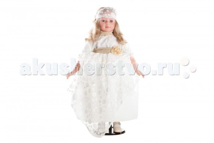 Dnenes/Carmen Gonzalez Кукла Алтея в белом бальном платье 80 смКукла Алтея в белом бальном платье 80 смБольшая, подарочная кукла-девочка испанского производителя традиционных кукол для детей Dnenes. Высота куклы - 80 см.  Алтея одета в роскошное белое бальное платье со сложным кроем из тонкой дорогой ткани. Крой платья состоит из множества слоев, что придает платью необыкновенную нарядность, красоту, нежность и праздничность. Короткий рукавчик, пышная длинная юбка со слегка завышенной талией. На спине застегивается на пуговицы.  Основой платья является белый прозрачный капрон, подкладка — белая хлопчатобумажная ткань. Спереди платье декорировано сложной гипюровой вставкой, на которой вышиты цветы. От ворота платья до талии вставка однослойная, а ниже двухслойная. Двухуровневая с оригинальными сложными и асимметричными складками. Широкий декоративный воротничок с отворотом и кушак, завязанный на талии объемным бантом, выполнены из бежевого шифона.  Волосы куклы украшает и дополняет широкая повязка из гипюровой ткани. Пояс платья и повязку на голове украшают брошки в виде веточек с золотыми листочками.  Комплект дополняют бежевые панталончики. На ножках одеты бежевые ажурные носочки, гармонирующие со всем нарядом. Кожаные белые туфельки с перфорацией в виде ажурного узора с золотистой застежкой.  Тело - Комбинированное: твердый винил, мягко набивные вставки Волосы - Светлые, волнистые, хорошо прошиты Глаза - Ярко голубые, стеклянные, обрамлены ресничками, не закрываются Одежда - Высококачественный текстиль. Пышное белое бальное платье с декоративной отделкой кремовой лентой и цветами Головной убор - Широкая повязка на голове из ткани с цветком Детали - Носочки белые, ажурные под цвет платья. Кремовые длинные панталончики Обувь - Белые туфельки из кожи с перфорацией в виде ажурного узора с золотистыми застежками Дизайн - Изысканный. Детали лица, рук и ножек великолепно проработаны.  Упаковка - Большая подарочная коробка с шелковой лентой  Все куклы Carmen Gozalez произ