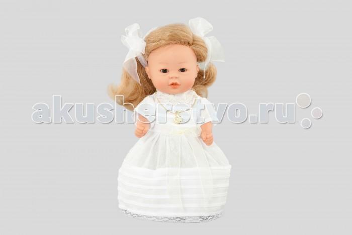 Dnenes/Carmen Gonzalez Кукла Бебетин в роскошном бальном платье 21 смКукла Бебетин в роскошном бальном платье 21 смОчень красивая кукла-девочка испанского производителя традиционных кукол для детей Dnenes. Высота куклы - 21 см.  Кукла одета в очень красивое и торжественное, длинное, белое платье.  Платье классического фасона имеет короткие рукава, пышную длинную юбку и застежку-липучку на спине. В отделке платья используется два вида кружева. Из тонкого кружева выполнен декоративный воротничок-стоечка и оборка на рукавах.  Верх платья выполнен из тонкой хлопчатобумажной ткани молочного цвета, которая полностью закрыта спереди большой вставкой из плотного белоснежного гипюра. Дополнительные декоративные элементы: два розовых сердечка на груди и два банта молочного цвета на талии, которые выполнены из атласа. Юбка выполнена из плотного капрона в два сложения, что позволяет держать форму купола. Верхняя половина юбки украшена накладкой из гипюра.  Эту малышку отличает роскошная копна белокурых локонов, которые подвязаны белой атласной лентой с бантом из тонкого кружева.  На шее у куклы украшение золотистого цвета: кулон на шнурке. В комплект входят белые трикотажные трусики и гольфы. Ножки обуты в белые пластиковые туфельки. Девочка стоит на ножках.  Тело - Твердый винил Волосы - Огромная копна белокурых локонов, хорошо прошитых Глаза - Карие, стеклянные, без ресничек, не закрываются Одежда - Высококачественный текстиль. Роскошное праздничное платье с кружевом Головной убор - Белая атласная лента с бантом из кружева Детали - Белые трикотажные трусики и гольфы Обувь - Белые пластиковые туфельки Дизайн - Изысканный. Детали лица, рук и ножек великолепно проработаны.  Упаковка - Красивая подарочная коробка с прозрачным окошком.  Все куклы Carmen Gozalez производятся на заводе в Испании по классической технологии. Технология изготовления кукол из латекса или винила была внедрена в 1940 году, в 1950-х эта технология стала популярна среди известных кукольных брендов по всему 