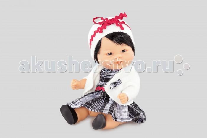 Dnenes/Carmen Gonzalez Пупс Бебетин в клетчатом платье и жакете 21 смПупс Бебетин в клетчатом платье и жакете 21 смОчень красивая кукла-пупс испанского производителя традиционных кукол для детей Dnenes. Высота куклы - 21 см.  Кукла одета в нарядное клетчатое платье и белоснежный жакет. Платье имеет короткие рукава, декоративный воротничок-стоечку, пышную коротенькую юбку и застежку-«липучку» на спине. Воротник и линия талии декорированы тесьмой бордового цвета.  Теплый жакет с длинными выполнен из мягкой белоснежной ткани. В дополнение к нему, голову украшает широкая белоснежная повязка и лента из тесьмы. В комплект входят белые трикотажные трусики. Кукла обута в черные пластиковые туфельки.   Тело - Твердый винил Волосы - Каштановые, хорошо прошитые Глаза - Серые, стеклянные, без ресничек, не закрываются Одежда - Высококачественный текстиль. Теплое клетчатое платье и белоснежный жакет Головной убор - Широкая белоснежная повязка из мягкой ткани и лента из тесьмы Детали - Белые трикотажные трусики  Обувь - Черные пластиковые туфли Дизайн - Изысканный. Детали лица, рук и ножек великолепно проработаны.  Упаковка - Красивая подарочная коробка с прозрачным окошком.  Все куклы Carmen Gozalez производятся на заводе в Испании по классической технологии. Технология изготовления кукол из латекса или винила была внедрена в 1940 году, в 1950-х эта технология стала популярна среди известных кукольных брендов по всему миру. Все куклы изготавливаются по уникальным пресс-формам с применением ручного труда. Каждая кукла хранит в себе тепло рук мастера.  Компания Dnenes очень гордится качеством своих кукол, компания неоднократно получала престижные награды на международных выставках, имеет европейские сертификаты безопасности. К особенностям испанских кукол Carmen Gonzalez стоит отнести и тот факт, что куклы не имеют запаха, который многими производителями заглушается сильно пахнущими отдушками. Волосы у кукол имеют приятную фактуру, с большим вниманием дизайнеры отнеслись и к мелким