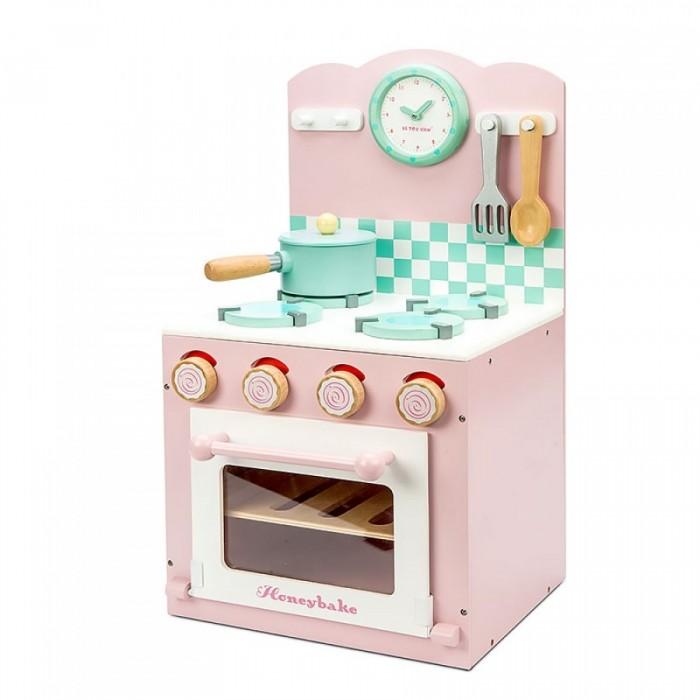 LeToyVan Кухонная плита розоваяКухонная плита розоваяБольшая, деревянная и очень красивая плита нежно-розового сливочного цвета с комплексом посуды и еды.   Размеры плиты 30 x 53 см.  Плита состоит из варочной поверхности, фартука и духовки.  Часы и кухонная утварь удобно висят над конфорками. Дверца духовки закрывается на магнитиках. Внутри духовки стоит решетка-противень. Места внутри духовке достаточно, чтобы разместить другую посуду и еду. Удобная боковая ручка для полотенца-прихватки. Ручки регулировки вращаются.  В комплект входит сковорода, решетка для духовки, яйцо - две части на липучке, помидор - две части на липучке; кусочек бекона. А также часы, прихватка-полотенце, лопатка и ложка.  Игровой набор Кухонная плита с аксессуарами: варочная поверхность, духовка и фартук дверца духовки закрывается на магните ручки регулировки вращаются большие часы с вращающимися стрелками комплект посуды: лопаточка и ложка, сковорода продуктовый набор: яйцо (2 части), помидор (2 части), бекон решетка внутри духовки все элементы сделаны из дерева подарочная упаковка с переносной пластиковой ручкой<br>