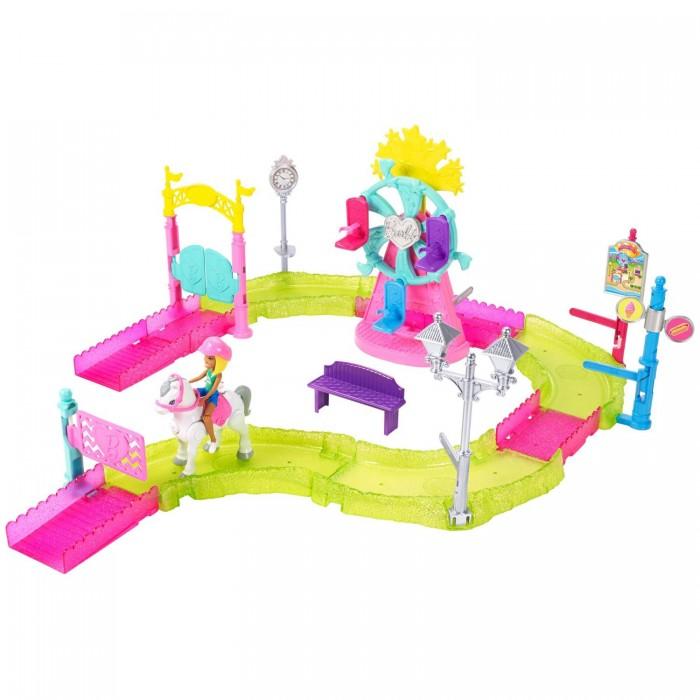 Barbie Игровой набор Парк аттракционовИгровые наборы<br>Barbie Игровой набор Парк аттракционов  Открой новую игру с OntheGo— первой линейкой трасс для Барби. Кукла Барби и её друзья теперь могут кататься на моторизированных пони, машинах и мопедах. И там, на трассе, их ждёт множество приключений!  Миниатюрной кукле Барби OntheGo просто не терпится прокатиться по карнавальной трассе на своём пони. Барби по-настоящему едет верхом на пони, благодаря своим гибким ногам она удобно сидит в седле, а её голова качается в такт движениям лошадки, и наездница выглядит совсем как живая. Съёмный шлем гармонирует с седлом и уздечкой пони.  На трассе расположены 9 интерактивных точек. Проходя их, пони запускает различные действия. Но только тебе решать, где и когда это произойдёт! Трассу из 10 элементов можно собрать множеством разных способов, чтобы добавить твоей истории еще больше неожиданных сюжетов! Соединяй элементы друг с другом и устанавливай аксессуары, чтобы собрать трассу.  Среди интерактивных аксессуаров тебя ждут распахивающиеся двери и ворота, вращающиеся фонарный столб, столб с вывеской и часы, а также указатель закусочной с вращающимся знаком. Лавочка и ярмарочная игра позволяют придумать больше историй. Но самый главный аттракцион— это колесо обозрения! На нём есть три сиденья с держателями, которые не дают куклам Барби OntheGo упасть. Вращай колесо с помощью рычага, и над колесом появится фейерверк!  В комплекте: кукла Барби OntheGo пони на батарейках 10 элементов трассы аксессуары, среди которых — работающее колесо обозрения