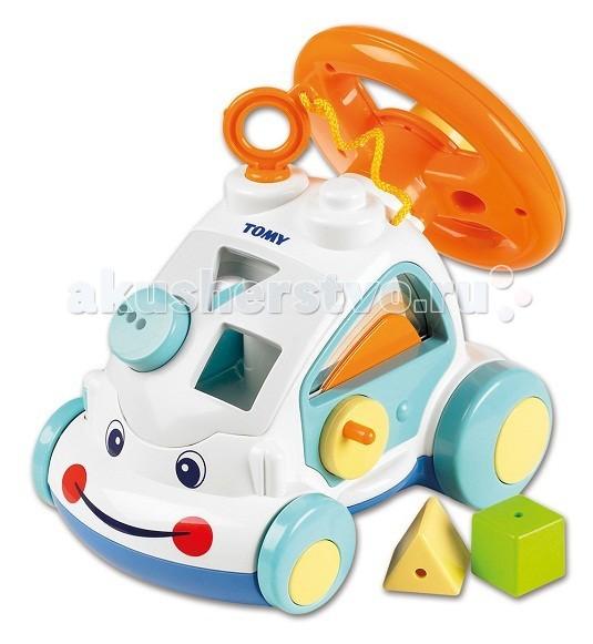 Развивающая игрушка Tomy Интерактивный автомобильИнтерактивный автомобильРазвивающая игрушка Tomy Интерактивный автомобиль - яркая развивающая игрушка, которая непременно понравится Вашему малышу.   У машинки забавная улыбающаяся мордашка. В корпусе, который можно использовать как сортер, имеются фигурные прорези для разноцветных формочек (входят в комплект). При движении колеса издают характерный звук трещотки. Сверху расположен большой крутящийся руль с крупной кнопкой-клаксоном, нажав на которую малыш услышит автомобильный гудок, а поворот руля будет сопровождаться веселым потрескиванием. Правая дверца машинки открывается с помощью ручки, а на левой дверке снаружи есть рычажок, имитирующий опускание бокового стекла.   Автомобиль округлой формы с крупными деталями: малышу будет удобно хватать его, и катать по полу.   Игрушка способствует развитию логики, мелкой моторики и координации движений.<br>