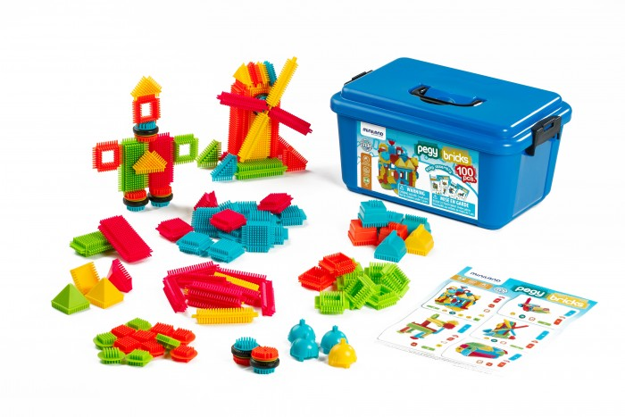 Конструктор Miniland игольчатый Pegy Bricks (100 деталей)Конструкторы<br>Miniland Конструктор игольчатый Pegy Bricks (100 деталей) с деталями разных форм, размеров и цветов. Детали соединяются под разными углами и в различных комбинациях.   Иголочки конструктора массируют ладошку малыша.  Игра способствует координации движений, учит группировать предметы, фантазировать, развивает творческое видение и логическое мышление.   Игольчатый конструктор, 100 деталей в пластиковом контейнере В наборе буклет с примерами сборки Рекомендованный возраст от 3 до 6 лет