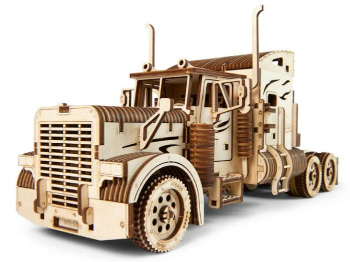 Конструктор Ugears 3D-пазл Тягач VM-03Конструкторы<br>Ugears Конструктор 3D-пазл Тягач VM-03 - это сборная модель, она не только выглядит, как реальный король американских дорог – он и управляется так же.Все двери открываются, скорости переключаются из кабины, передние колёса амортизированы и легко поворачиваются. В кабине даже висят канистра и лопата, а за водительским креслом оборудована зона отдыха с телевизором.   Все детали вырезаны профессиональным лазером на фанере. Достаньте заготовки из упаковки и выдавите части будущего тягача. Для сборки не нужны отдельные инструменты или клей, всё крепится на пазы. Красочная инструкция подробно опишет каждый этап.   Это не просто прикольный подарок: перед Вами тяжёлый трак, который символизирует определённый образ жизни – сувенир, несущий в себе всю романтику дальних поездок.