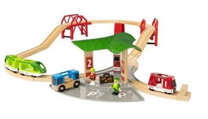 Фото - Железные дороги Brio Игровой набор с автовокзалом, 2 мостами и ж/д набор игровой brio супер делюкс город 106 деталей