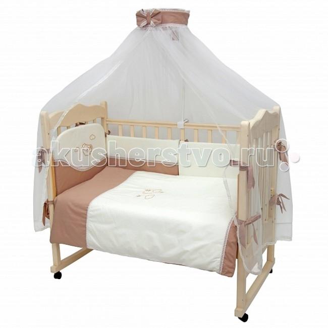 Комплект в кроватку Топотушки Карамелька (7 предметов)Карамелька (7 предметов)Комплект для кроватки Топотушки Карамелька (7 предметов) включает все необходимые элементы для детской кроватки.  Особенности: Комплект создает для Вашего ребенка уют, комфорт и безопасную среду с рождения; современный дизайн и цветовые сочетания помогают ребенку адаптироваться в новом для него мире.  Комплекты «Топотушки» хорошо вписываются в интерьер как детской комнаты, так и спальни родителей. Как и все изделия «Топотушки» данный комплект отражает самые последние технологии, является безопасным для малыша и экологичным.  Российское происхождение комплекта гарантирует стабильно высокое качество, соответствие актуальным пожеланиям потребителей, конкурентоспособную цену. Качество материала обеспечивает легкость стирки и долговечность. Двухсторонний пододеяльник и борт, имеют разные картинки с одной и с другой стороны. Для смены цветовой гаммы переверните пододеяльник и борт на другую сторону. Мягкий борт защитит малыша от сквозняков и убережет от возможных ударов о бортики кроватки. Борт по всему периметру кроватки состоит из 6-ти частей, высота по периметру 35 см., изголовье 40 см.  Балдахин длиной 4,5 метров создает для Вашего малыша индивидуальную зону комфорта: ограничивает проникновение яркого света, задерживает шум, препятствует сквознякам. В детской балдахин в свою очередь служит украшением интерьера. Одеяло абсолютно гипоаллергенно, воздушное и легкое, имеет хорошую теплоустойчивость. Легко стирается и не теряет свой объем. Наполнитель – холлофайбер (экологически чистый материал). Подушка абсолютна гипоаллергенна, её высота оптимальная для головы новорожденного малыша согласно современным исследованиям.  Простынь на резинке обеспечивает идеальную посадку на матрас, не позволит лишним складкам и заломам создать для ребенка дискомфорт Все постельные принадлежности в комплекте изготовлены из 100% натурального хлопка, безопасны и гипоаллергенны. Комплект упакован в подарочную упаковку