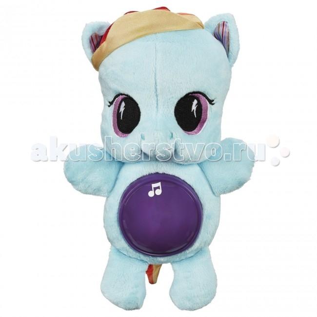 Мягкая игрушка My Little Pony Hasbro Playskool friends Рейнбоу Дэш светитсяHasbro Playskool friends Рейнбоу Дэш светитсяУютную и мягкую плюшевую пони Рейнбоу Дэш очень приятно обнимать, засыпая, а если ночью вдруг станет отчего-то страшно — достаточно нажать на ее круглый животик, чтобы включилась мягкая подсветка и заиграла одна из шести негромких успокаивающих мелодий.  Игрушка работает на двух пальчиковых батарейках и подходит для детей любого возраста. Радуга Дэш лучше всех разгоняет не только облака, но и ночные кошмары. Когда с вами самая смелая пони Эквестрии, темноты можно не бояться!  Тип батареек: 2 х АА / LR6 1.5V (пальчиковые).<br>