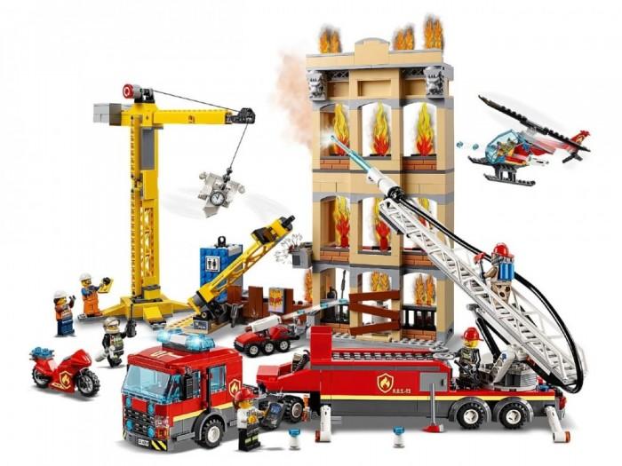 Конструктор Lego City 60216 Fire Центральная пожарная станцияLego<br>Lego City 60216 Fire Центральная пожарная станция  Хватай свое пожарное снаряжение, пришло время спасти жителей, попавших в беду! Строители города Lego City случайно опрокинули фонарный столб, и на центральной строительной площадке начался пожар.   Включи фары и сирену на пожарном грузовике с лестницей и спеши на место происшествия. Эй, лучше захватить переносной туалет с помощью крана и переместить его в сторону.   Ух ты! Ой, извините! Руби доски при помощи надежного пожарного топора, чтобы Ровер R.O.S.-T3 мог сражаться с огнём. Вытяни лестницу и используй водяной насос, чтобы правиться с огнём на крыше горящего здания.   Сможешь ли потушить пожар, прежде чем он выйдет из-под контроля?   Это еще один захватывающий день для Экипажа пожарных города Lego City!