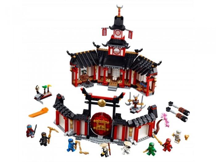 Конструктор Lego Ninjago 70670 Монастырь КружитцуLego<br>Lego Ninjago 70670 Монастырь Кружитцу  Тренируйся вместе с Ву, Джейем, Нией, Зейном, Коулом, Ллойдом и Кай в монастыре Кружитцу!   Совершенствуй свои навыки ниндзя на боевых платформах. Отточи приёмы вращения меча и «нарезки» на тренировочных базах Кружитцу. Познакомься с историей мира Ninjago, рассматривая картины Ву на стенах.   Но будь осторожен — Вайплэш проник в монастырь и украл Нунчаки молнии! Активируй ловушки и примени все изученные тобой навыки Кружитцу, чтобы захватить генерала армии скелетов и защитить Золотое оружие!