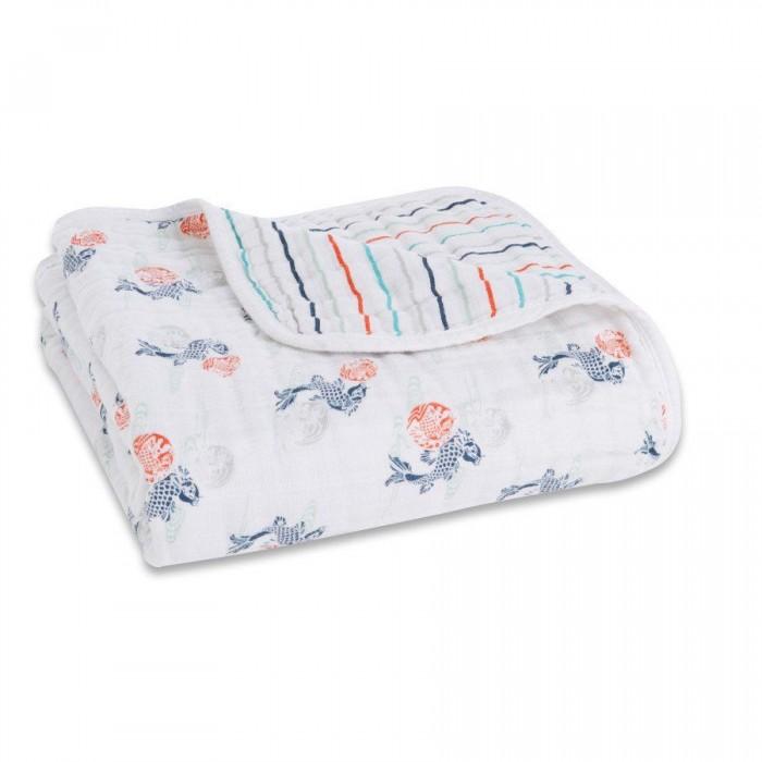 Одеяло Aden&Anais из муслинового хлопка 120х120 см TC6001Одеяла<br>Одеяло AdenAnais из муслинового хлопка 120х120 см TC6001 обладает прекрасной воздухопроницаемостью и мягкостью.   Особенности:  Воздухопроницаемые: сохраняют тепло малыша. Комфорт: становятся мягче с каждой стиркой. Гибкость: прекрасно подходят как для новорожденных, так и для детей до двух- трех лет. Одеяло из хлопкового муслина обеспечивает Вашего младенца большим количеством тепла при этом не перегревая его. Это воздушное четырехслойное одеяло идеально подходит для младенцев и детей ясельного возраста Подходит для использования в постели, коляске, автомобиле или как мягкую поверхность для игр.