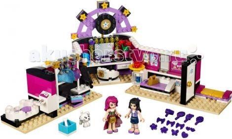 Конструктор Lego Friends Подружки Поп звезда: гримернаяFriends Подружки Поп звезда: гримернаяКонструктор Lego Friends Подружки Поп звезда: гримерная - понравится каждой, даже самой требовательной певице. В ней есть всё необходимое для создания сценического образа и подготовки к выступлению.   Просторная гардеробная поп-звезды нужна любой популярной артистке, чтобы она спокойно смогла подготовиться к выступлениям, особенно такая роскошная звезда как Ливи!   Чтобы попасть внутрь комнаты нужно пройти через белую дверь, войдя в которую, можно будет посидеть на мягком диване и полюбоваться нашей артисткой! В центре находится место для нанесения макияжа, которое оборудовано большим зеркалом с яркими лампочками, столиком с косметикой, различными украшениями, и вращающимся креслом, благодаря которому звезда может покрутиться и полюбоваться своей красотой. Здесь Эмма, помощница Ливи, помогает ей в подготовке к шоу.   Так же у очаровательной звезды много аксессуаров, такие как, расческа, фен, духи, помада, подставка для парика. Имеется и гардеробная зона, с вешалкой для одежды и с коробками для туфлей. Напротив гардеробной- комната отдыха, состоящая из мягкого диванчика, контейнера для журналов и холодильника с напитками и фруктами. А в самом конце помещения есть ванная комната, в которой Ливи расслабляется после концертов.   Нашлось здесь местечко и для любимца артистки — веселого щенка далматина по имени Печенька. Поп-звезда в любое время может привести его на концерт, и ему не будет скучно, так как у него есть своя миска, в которой лежит сладкая косточка.<br>