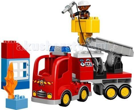 Конструктор Lego Duplo Пожарный грузовикDuplo Пожарный грузовикКонструктор Lego Duplo Пожарный грузовик вместе с темнокожим спасателем малышу предстоит потушить пламя в высотном здании. Нужно погрузить в грузовик все инструменты, установить катушку со шлангом и проверить сцепное устройство передвижной лестницы.  Его массивный корпус выполнен из ярко-красных деталей. Спереди видна кабина водителя, оборудованная радиаторной решёткой, противотуманными фарами и сигнальными огнями. За кабиной организована прямоугольная панель, имеющая несколько назначений. При желании здесь можно разместить систему пожаротушения со шлангом, приборной панелью и багажным отсеком для перевозки инвентаря. Но, если возгорание произошло в высотном здании, то пожарному придётся воспользоваться дополнительным оборудованием. Для этого к багажной панели необходимо присоединить транспортировочную платформу, состоящую из прочного основания и подъёмного крана с люлькой. Для удобства пожарного вся конструкция очень мобильна. Она может не только подниматься и опускаться, подстраиваясь под высоту здания, но и вращаться вокруг своей оси.  Размер грузовика в собранном виде составляет 25 &#215; 26 &#215; 7 см<br>