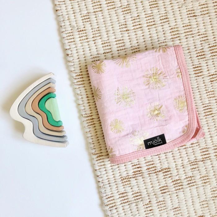 Одеяло MamaPapa двустороннее муслиновое Rose Quartz Metallic 120х120 смОдеяла<br>Одеяло MamaPapa двустороннее муслиновое Rose Quartz Metallic 120х120 см с мерцающим рисунком для сна в кроватке, коляске, автокресле.  Изготовлено из четырёх слоев 100% американского муслинового хлопка премиум качества. Одеяло невероятно мягкое и невесомое, с каждой стиркой становится нежнее и мягче, подходит для выписки новорожденного и до 3-х лет.  Идеально для подарка родным и близким к появлению на свет крошки! Бережно упаковано в фатиновый мешочек!  Характеристики: 100% американский муслиновый хлопок ручная работа авторский принт безупречное качество произведено в России