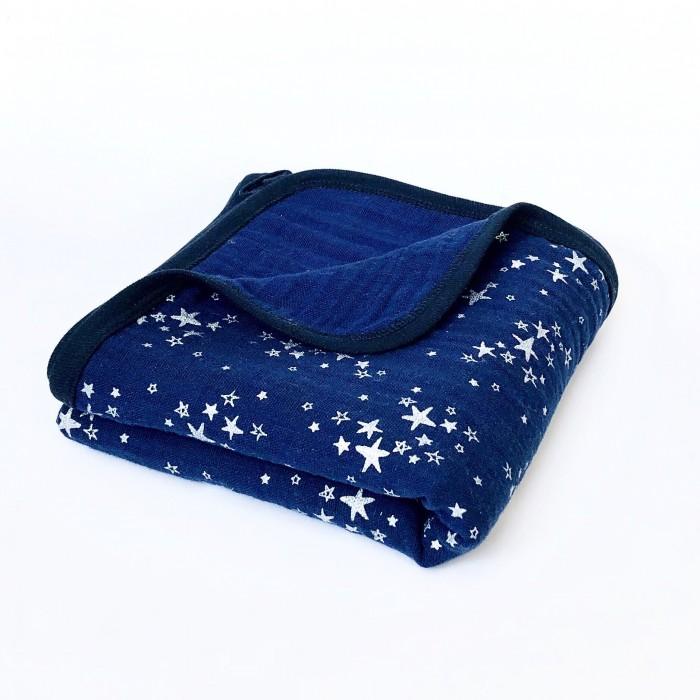 Одеяло MamaPapa двустороннее муслиновое Night Sky Metallic 100х100 смОдеяла<br>Одеяло MamaPapa двустороннее муслиновое Night Sky Metallic 100х100 см с мерцающим рисунком для сна в кроватке, коляске, автокресле.  Изготовлено из четырёх слоев 100% американского муслинового хлопка премиум качества. Одеяло невероятно мягкое и невесомое, с каждой стиркой становится нежнее и мягче, подходит для выписки новорожденного и до 3-х лет.  Идеально для подарка родным и близким к появлению на свет крошки! Бережно упаковано в фатиновый мешочек!  Характеристики: 100% американский муслиновый хлопок ручная работа авторский принт безупречное качество произведено в России