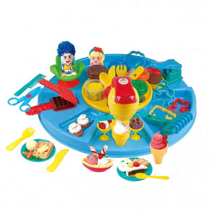 Playgo Набор с пластилином МультиПластилин<br>Playgo Набор с пластилином Мульти  Благодаря этому набору ребенок примерит на себя сращу несколько профессий: парикмахер и повар. Ведь в комплекте представлен яркий пластилин, а также формочки и аксессуары для игр с ним, чтобы в итоге у крохи получились аппетитные сладости, а у фигурок на голове образовались забавные причёски.  Особенности:  Теперь в распоряжении вашего ребенка будет не только яркий пластилин для лепки, но и различные формочки, трафареты и аксессуары для придания ему формы. Поставляются составляющие набора на яркой карусели с отдельными отеками для размещения получившихся поделок. В итоге дети смогут попробовать себя в качестве парикмахера, создающего фигуркам забавную прическу с помощью ножниц, расчески и пресс-форм. А также потренируются в кулинарном мастерстве, вылепляя из пластилина аппетитные десерты, вафли и выдавливая мороженое из специального экструдера. Чтобы лакомства выглядели еще более реалистичными, их можно разложить на тарелочках и в креманках, а также дополнить их столовыми приборами из комплекта. Формочки в виде фигурок животных помогут детям получить забавных героев для своих сюжетных игр. Крышки баночек дополнены трафаретами для лепки, поэтому тоже станут частью творческого процесса. Лепка из пластилина станет хорошей тренировкой образного мышления детей и их мелкой моторики рук. Масса для лепки выполнена из сертифицированного и безопасного для детей сырья, а окрашена в яркие цвета насыщенными нетоксичными красителями. Пластилин не липнет к рукам и не оставляет следов, а еще он хорошо принимает нужную форму и не сохнет. В комплекте: 6 баночек с пластилином и с формами на крышках, экструдер, пресс, пресс- формы животные, 2 тарелочки, 2 подставки под мороженное, пресс- форма для вафель, 2 ложечки, 2 креманки, нож, фигурные пресс-формы для экструдера, 2 вилки, валик- резак, 2 пресс-формы для причёсок, кресло парикмахерское, ножницы, расчёска.