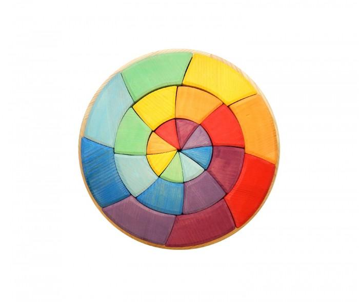 Деревянная игрушка Чудево конструктор Круг Гёте (32 детали)Деревянные игрушки<br>Чудево Конструктор Круг Гёте (32 детали)  Сложить мозаику по образцу, сделать свои узоры, потом забавных человечков и животных, построить забор, вырастить лес, обойти горы - все это можно сделать с помощью круга Гете.   Конструктор-мозайка - это еще и  пособие для развития цветового восприятия.  В основе  деревянного конструктора лежит хорошо известный дизайнерам, декораторам, художникам и визажистам цветовой круг Гете.   Игровые возможности: сначала можно научиться собирать круг Гете как таковой, т.е. в котором каждый сектор имеет свой цвет собирать самые разные узоры, комбинируя разные цвета. познакомиться с понятиями холодные цвета, теплые цвета. собирать разные узоры и учиться находить гармоничные сочетания цветов. собрать фигуры животных (рыбка, цветок, птичка и тп.). Характеристики: Размеры: 30*30*4,5 см Состав: Сосна, акриловые краски Игрушки сделаны из настоящей, живой древесины, высушенной естественным путём в течение долгого времени. Красители (акриловые краски и лаки на водной основе) используются натуральные, а самое главное разрешённые для использования в производстве детских игрушек.