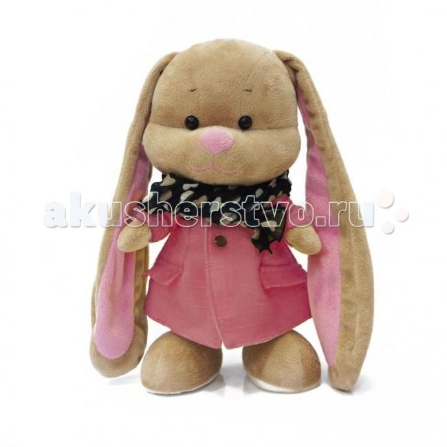 Мягкая игрушка Jack&amp;Lin Зайка Лин в розовом пальто со стильным шарфом 25 смЗайка Лин в розовом пальто со стильным шарфом 25 смМягкая игрушка Jack&Lin Зайка Лин в розовом пальто со стильным шарфом 25 см с длинными ушами понравится любому ребенку.  Зайка Лин – очаровательная модница, которая поражает безупречным стилем своих нарядов. Ее любимое занятие наряжаться в красивую одежду и дарить окружающим хорошее настроение. Даже в холодную погоду она остается веселой и привлекательной.  Чтобы с удовольствием гулять осенними днями, нужно всего лишь иметь красивое модное пальто и теплый шарф. Ее друг мягкая игрушка зайчик Жак часто составляет ей компанию. Вместе можно весело шуршать опавшими листьями, собирать гербарий и любоваться на улетающих птиц. А когда придет весна, пальто и шарф снова пригодятся зайке Лин для прогулок под ласковым солнышком.  Идет в наборе с подарочной коробкой с атласными ленточками и открыткой.<br>