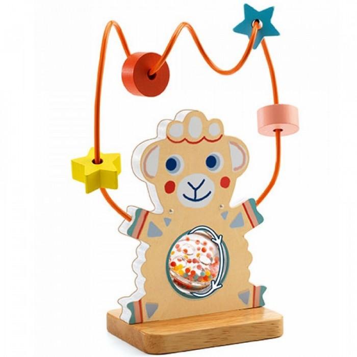 Деревянная игрушка Djeco Головоломка ОвечкаДеревянные игрушки<br>Djeco Головоломка Овечка представляет собой развивающую игру для самых маленьких.  Милая овечка держит в руках металлический обруч с изгибами, по которому можно перекатывать деревянные фигурки разных цветов и размеров.   А в центре животика у овечки крутящийся прозрачный мячик-погремушка с разноцветными шариками, которые перекатываясь, создают приятный шуршащий звук, напоминающий шум дождя.  Игрушка выполнена в пастельных цветах, что делает ее очень милой и привлекательной для малышей.  Игра с головоломкой развивает мелкую моторику рук, воображение, логическое мышление, ловкость и внимательность малышей.  Все части игрушки изготовлены из экологически чистых материалов и полностью безопасны для здоровья малыша.