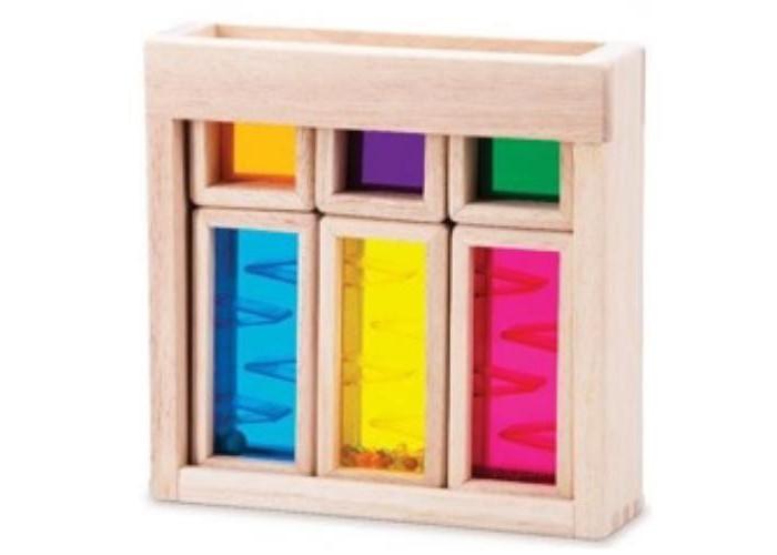 Деревянная игрушка Wonderworld Радужные блоки со звуком РассветДеревянные игрушки<br>Деревянная игрушка Wonderworld Радужные блоки со звуком  Рассвет  В комплект входят деревянные с прозрачными цветными вставками, а также деревянный контейнер для хранения.  Кроха может складывать блоки так, как ему хочется. Все детали выполнены из качественной, тщательно отшлифованной древесины, поэтому детской ручке так приятно держать их.                                                                                        В каждом блоке есть прозрачные цветные вставки из безопасного стекла. Когда непоседа смотрит через них на окружающую обстановку, весь мир окрашивается в голубой, оранжевый, красный или зеленый цвет. А если расположить элементы один за другим, получается абсолютно новый оттенок!                                                                                                   Благодаря шарикам, помещённым внутрь, фигура издает звуки. Количество и размер пластиковых горошин в блоках различаются, поэтому каждый из них имеет собственный «голос». Предложите маленькому фантазеру увлекательную игру : пусть он по памяти называет деталь, которая имеет то или иное звучание.                                                                                           Радужные блоки развивают мелкую моторику, координацию движений, тактильные ощущения и визуальное восприятие. Кроме того, они заставляют проявлять творческое начало и искать необычный функционал привычных предметов.