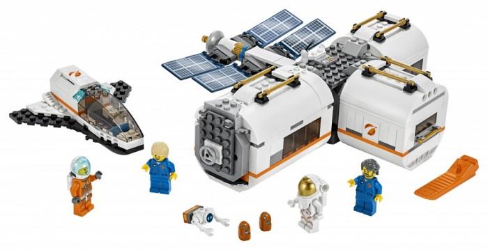Конструктор Lego City Space Port Лунная космическая станцияLego<br>Lego City Space Port Лунная космическая станция  Космическому агентству Lego City нужны такие герои, как ты!   Присоединяйся к космонавтам и экипажу этой модульной Лунной космической станции и подготовься выполнить исследования или анализ образцов грунта   После работы посмотри телевизор и съешь кусочек пиццы, а затем немного потренируйся на беговой дорожке или отправляйся спать в комнату с антигравитационной кроватью  А затем садись в космический шаттл вместе с другими космонавтами, чтобы доставить образцы грунта на Землю  Эй... Знаешь ли ты, что на создание этого набора нас вдохновили реальные космические миссии НАСА? Здорово!