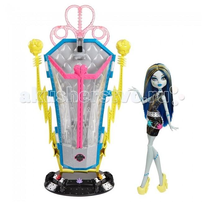 Монстер Хай (Monster High) Набор Камера подзарядки с куклой Френки ШтейнНабор Камера подзарядки с куклой Френки ШтейнMonster High Камера подзарядки с куклой Френки Штейн   Кукла Френки Штейн Перезарядка, Monster High (Монстр Хай) - жутковатая но симпатичная девочка-монстр, дочь профессора Франкенштейна из популярного мультсериала Школа монстров.  Вместе с другими детьми знаменитых монстров она учится в Школе монстров, где каждый из учеников отличается своими уникальными особенностями и способностями. Набор Перезарядка воспроизводит один из эпизодов мультфильма, когда друзья Фрэнки Штейн приходят сделать ей причёску в Зарядной Камере.   Особенности: В комплект входит кукла Фрэнки Штейн и камера для подзарядки. У куклы сине-желтые длинные волосы и яркий убийственный макияж, она одета в оригинальный электрокостюм и потрясающие туфельки на каблуках.  Усадите куколку в камеру, подсоедините к зарядному устройству и нажмите кнопку активации.  Волосы Френки от проведённого электрозаряда встанут дыбом, а входящий в набор гребень позволит сделать прическу еще более оригинальной.  Нажав повторно кнопку и увеличив заряд, Вы увидите как камера замигает светом.  Игрушка полностью безопасна для детей.  Руки и ноги куклы на шарнирах, поэтому можно придать ей любую позу.<br>