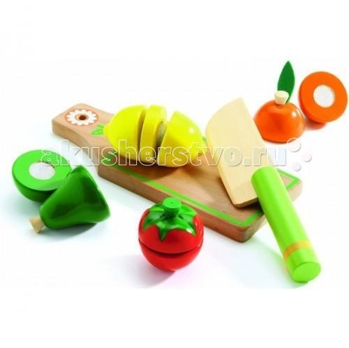 Деревянная игрушка Djeco Игровой набор для разрезания Фрукты и овощиИгровой набор для разрезания Фрукты и овощиДеревянная игрушка Djeco Игровой набор для разрезания Фрукты и овощи - учит различать цвета, запоминает названия овощей и фруктов, приучается к правильному питанию – использовать в своём рационе овощи и фрукты.  В наборе: разделочная досточка безопасная игрушка-нож для овощей лимон, авокадо, персик и помидор.<br>