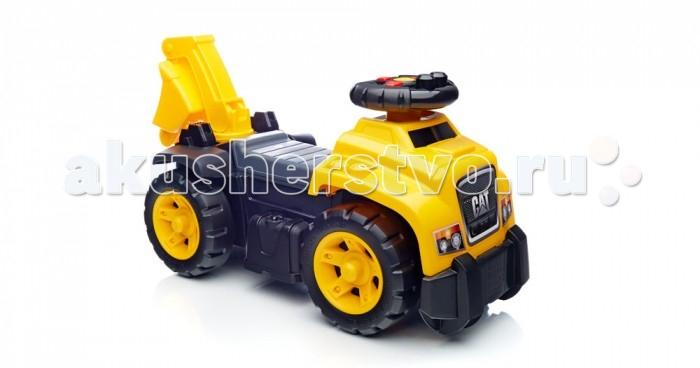 Каталка Mega Bloks Mattel Экскаватор 3 в 1Mattel Экскаватор 3 в 1Самоходный грузовик 3 в 1 CAT от Mega Bloks - идеальное решение для тех, чей ребенок любит сооружать! Большое рулевое колесо впереди с рычагами управления имитирует звуки настоящего грузовика и помогает ребенку вообразить, что он очутился на стройплощадке.   Поворачиваясь на сидении, ваш маленький любитель стройки может управлять стрелой экскаватора и подбирать 10 тематических CAT-блоков First Builders, как самый настоящий строитель!   Положите блоки под сидение, где находится место для хранения, сложите стрелу экскаватора и ваш маленький водитель готов отправиться на новую работу! Ваш ребенок может стать настоящим строителем вместе с самоходным грузовиком CAT 3 в 1!  Идеально подходит для активных детей в возрасте от 1 года до 3 лет.  Описание: Звуки настоящего грузовика, создаваемые рычагами управления на рулевом колесе Рука экскаватора, поворачивающаяся на 360°, с работающим ковшом Десять тематических CAT-блоков First Builders Место хранения блоков под сиденьем и многое другое!<br>