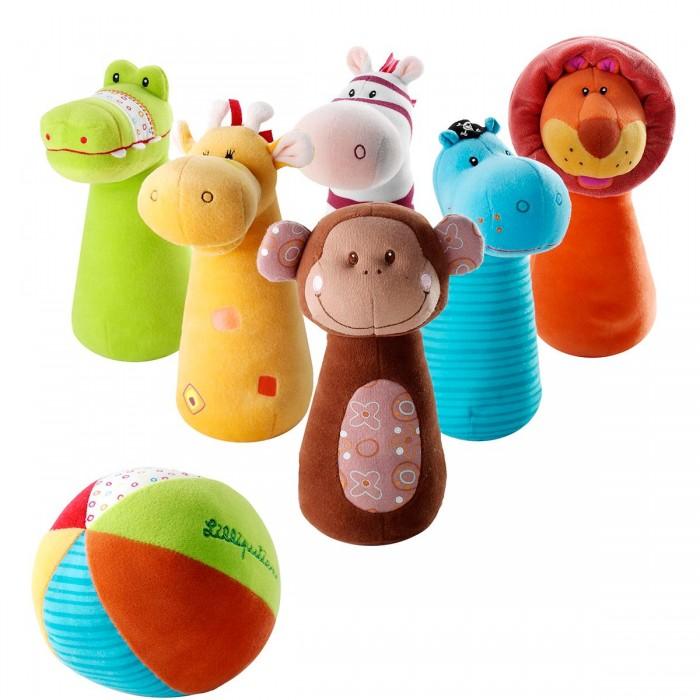 Мягкая игрушка Lilliputiens Набор мягких игрушек БоулингНабор мягких игрушек БоулингLilliputiens Набор мягких игрушек Боулинг.  Боулинг от Lilliputiens – отличное развлечение для детишек и их родителей! Мягкие безопасные кегли с милыми мордашками домашних животных и красочный мячик великолепно подойдут для самых маленьких любителей активных игр. С таким комплектом можно играть как угодно: сбивать кегли мячом из ткани, просто бросать его маме и папе либо играть с фигурками – зверьками по отдельности. Если в вашей семье намечается детский праздник, мягкий игровой набор Боулинг увлечет каждого малыша и даже заинтересует взрослых!<br>