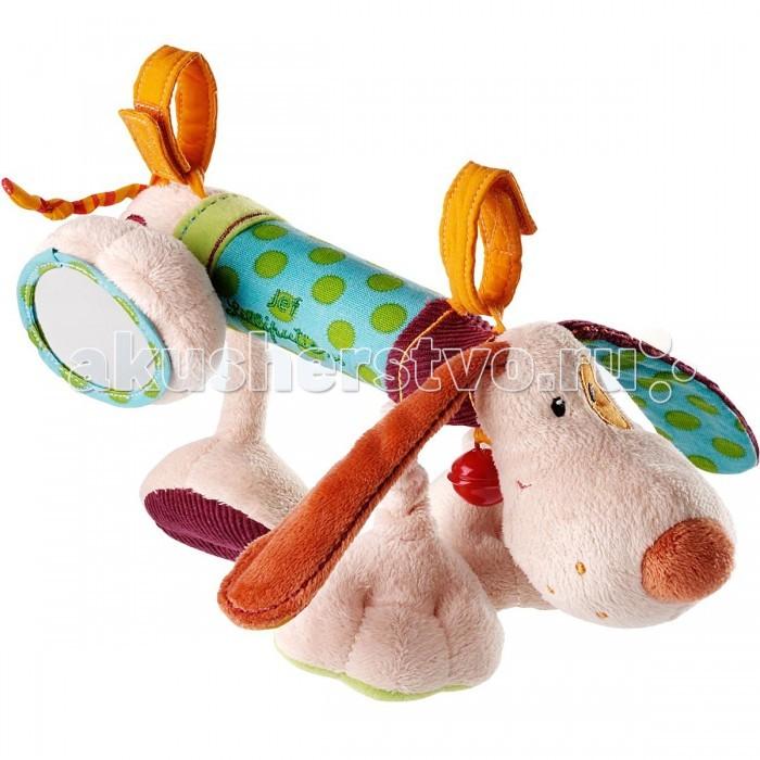 Мягкая игрушка Lilliputiens Собачка Джеф: развивающая игрушка на кроваткуСобачка Джеф: развивающая игрушка на кроваткуLilliputiens Собачка Джеф: развивающая игрушка на кроватку.  Бывают такие собаки, которые месяцами не мешают ребенку. Они мирно висят на автокресле, кроватке или коляске, пока он не проснется и не поиграет с ними. Так же вежливо ведет себя Джеф от - щенок с длинными ушами, который живет в твоей кроватке. Пока ты был совсем крохой, он просто висел на бортике, позволяя себя разглядывать. Через месяц ты научился владеть своими ручками и заметил, что, случайно задевая развивающую игрушку Собачку Джефа от Lilliputiens, ты заставляешь ее звенеть и вибрировать.   Любопытство просто не давало тебе покоя. Разноцветный пёсик со смешными лапками сшит из таких ярких тканей, что ты рано стал различать цвета. Вскоре ты научился не просто случайно попадать по игрушке, но и хватать ее руками. Тогда мама и поняла, что пора отвязать щенка и дать его тебе в руки. Приручение собачки Джефа произошло моментально: он позволил себя ощупать и изучить на вкус. Даже мама была не против этого – игрушки от Lilliputiens делаются из безопасных материалов, правда.   Теперь ты умеешь отличать пушистую ткань от гладкой, выпуклую от ровной – разнообразные фактуры развивающей игрушки Собачка Джеф специально для этих целей и используются. Твое тактильное восприятие, чувствительность пальчиков и координация движений улучшаются день ото дня. А приятные сюрпризы вроде зеркальца и прочих фирменных секретов от Lilliputiens развивают твое мышление и воображение. А вечером, перед сном развивающая игрушка Собачка Джеф снова отправляется на свое место – бортик кроватки, чтобы ждать утра, которое принесет вам обоим новую совместную интересную игру.<br>
