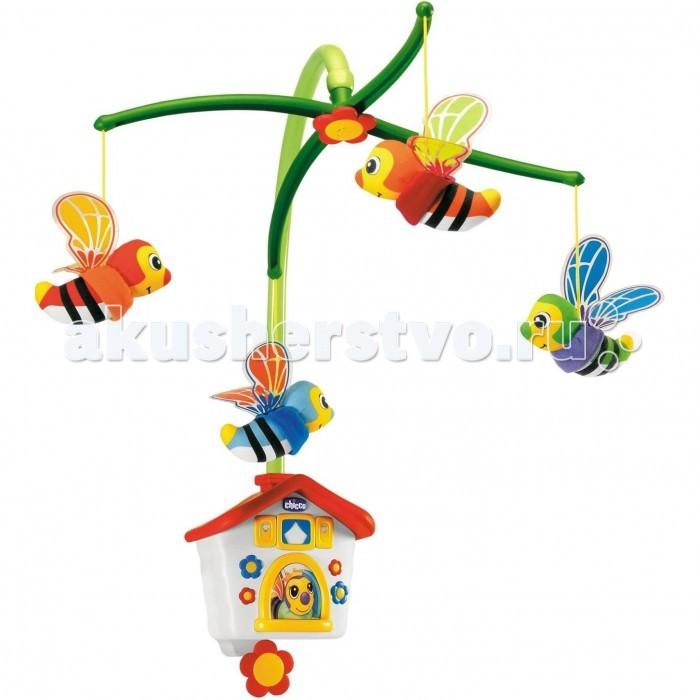 Мобиль Chicco ПчелкиПчелкиМобиль-подвеска Пчелки заводится поворотом ключа на основании карусели.  Веселые пчелки вращаются под звуки нежной мелодии, способствуя развитию зрения и слуха ребенка.   Система изготовлена из экологичных и стандартизированных материалов, признана безопасной. Основу держателя мобиля легко фиксировать на любой кроватке или манеже. Яркие игрушки в виде милых пчелок вращаются на карусели в ритм мелодии. Со временем, когда ребенок подрастет, игрушки можно снять, а сам мобиль использовать в качестве музыкальной шкатулки. Подходит для деток с первых дней жизни. Развивает зрительные рефлексы, цветовосприятие, слух ребенка. Размер в упаковке: 45х15х36см. Питание: от батареек.<br>