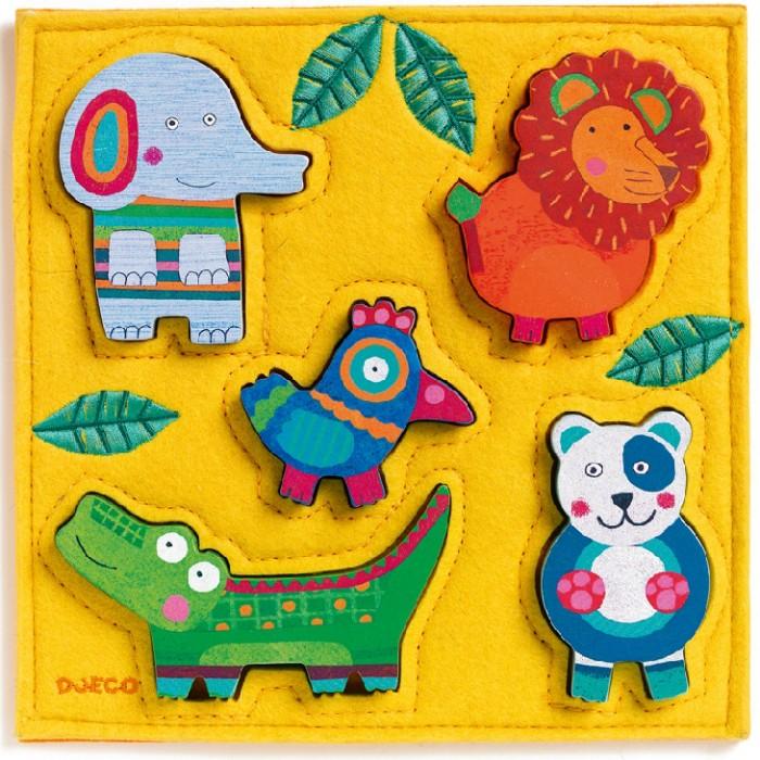 Деревянная игрушка Djeco Головоломка-пазл ДжунгаГоловоломка-пазл ДжунгаДеревянный пазл Джунга от французского производителя игрушек Djeco – яркая красочная развивающая игрушка для малышей от 1 года.  Пазл представляет собой поле из текстиля яркого оранжевого цвета размером 21 х 21 см. На поле находятся 5 забавных фигурок из дерева, которые малыш должен вставить в специальные отверстия.  Слоненок, лев, птичка, крокодил и панда обязательно понравятся малышу, и он будет играть с ними снова и снова.  Набор прекрасно развивает логику ребенка и тренирует моторику маленьких пальчиков, разные текстуры материалов развивают тактильные ощущения. Игра учит малыша внимательности и усидчивости.  Набор продается в красивой коробке и идеально подходит для подарка.  Все детали изготовлены из высококачественных материалов: дерева и текстиля.<br>