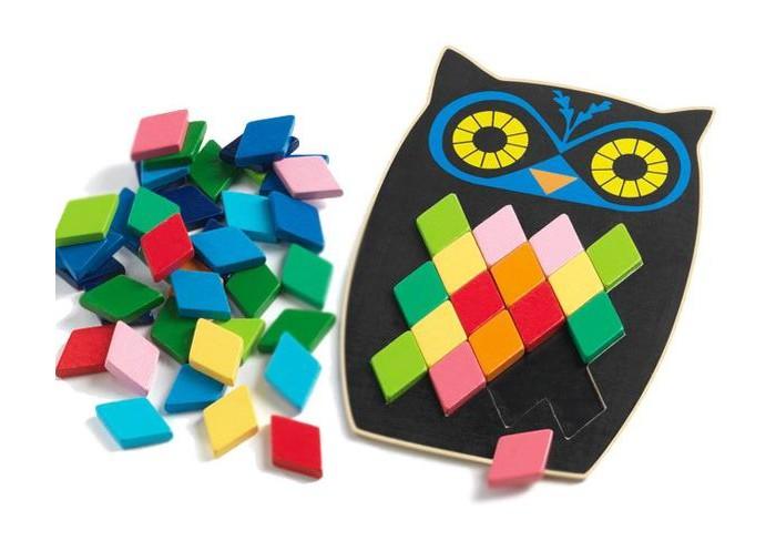 Djeco Мозаика СоваМозаика СоваДеревянная мозаика Сова от французского производителя Djeco станет увлекательной развивающей игрушкой для каждого малыша.  В комплекте ребенок найдет основу в виде деревянной совы с пустым пространством в центре, а также множество разноцветных ромбиков, которыми он должен заполнить сову согласно карточкам с заданиями. Ребенок может следовать инструкциям и примерам с заданиями или же заполнить так, как ему подскажет фантазия.  В наборе: основа-сова 10 карточек с заданиями 57 маленьких разноцветных ромбов  Игра прекрасно развивает фантазию и воображение ребенка, детскую моторику, логическое мышление и сообразительность.  Набор изготовлен из безопасных высококачественных материалов. Изображения покрыты безопасными красками. Продается в подарочной упаковке.  Французская компания Djeco производит развивающие игрушки и игры для детей, а также наборы для творчества и детали интерьера детской комнаты. Все товары Djeco отличаются высочайшим качеством, необычной идеей исполнения. Изображения и дизайн специально разрабатываются молодыми французскими художниками.<br>