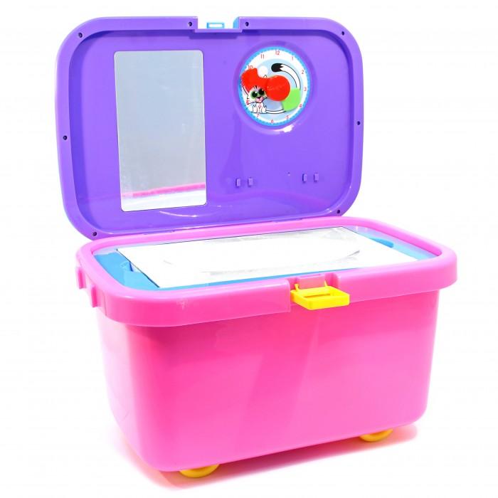 Ami&amp;Co (AmiCo) Набор для уборки в чемоданеНабор для уборки в чемоданеAmi&Co (AmiCo) Набор для уборки в чемодане. Чемодан приятной расцветки, декорированный наклейками с акссесуарами.  Чемодан соединяет в себе три функции: каталка, в чемодане предусмотрена дополнительная ручка, которая вкручивается при катании чемодан для хранения игрушек ростовой набор, с различными акссесуарами для игры.   Игровой набор для уборки - это очень увлекательная игрушка, которая заинтересует Вашего ребенка своим разнообразием предметов.<br>