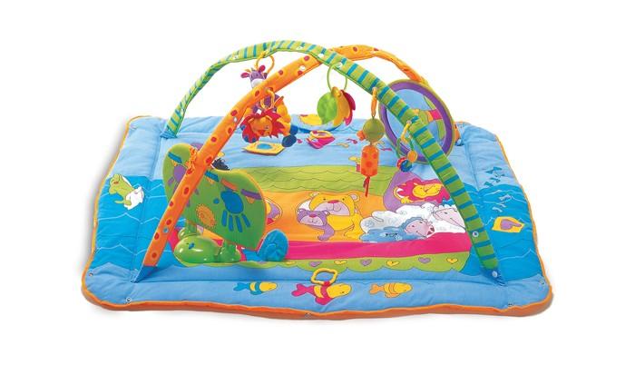 Развивающий коврик Tiny Love Музыкальный с игровой подушечкой ЗоосадМузыкальный с игровой подушечкой ЗоосадВ игровой комплекс входят:  3 тканевых безопасных погремушки:  - утенок с бочонком-колокольчиком, жираф, львенок;  - прорезыватель для зубов - 2 или 3 разноцветных листочка или бабочки на кольце держателе;  - пластмассовая погремушка-прорезыватель; большое безопасное зеркало в мягкой оправе крепится ремешками на липучках к дуге и коврику, его можно переместить или убрать (диаметр зеркала 25см).  игровой музыкальный центр «Стукни и играй» («Kick&Play») с 2 режимами работы.  На музыкальной панели центра с одной стороны нарисованы ладошки, а с другой - ступни ног. Если по ним стукнуть, то начинают мигать огоньки и звучат голоса различных животных, а сами ладошки и ступни светятся. В зависимости от положения музыкальной панели: вертикальном (стучим ножкой), или горизонтальном (стучим ручкой), а так же от того какой ручкой или ножкой ударит малыш, звучат разные музыкальные композиции и голоса животных. Так же есть второй режим работы - 15 мин. звучит приятная музыка Моцарта.  Развивать малышу тактильное восприятие и навыки мелкой моторики помогут 3D-активные фрагменты картинок, размещенные на коврике: белочка с шуршащим хвостом; хрустящее солнышко, закрывающее птичку; воздушный змей, за которым спрятались пчелки; жираф с бархатистой и шелестящей шеей; мышка, которую можно потянуть за хвостик.   Игровой коврик имеет трехмерно-пространственную форму с округлыми пересекающимися арками, а бортики коврика можно поднять и закрепить при помощи кнопок.   Коврик мягконабивной, краски безопасные, стойкие. Коврик можно стирать. Игровой комплекс легко собрать и разобрать. Для работы музыкального центра нужны 3 батарейки АА (в комплект не входят).  Размер коврика: 102х110 см. Высота арок: 45 см.<br>